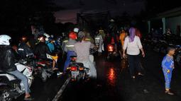 Jembatan Kucang Kediri terpaksa ditutup sementara karena adanya banjir lahar dingin Gunung Kelud dan lalu lintas dari Kandangan ke Damar Wulan Kediri untuk sementara dialihkan (Liputan6.com/Helmi Fithriansyah).