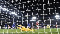 Kiper Chelsea, Kepa Arrizabalaga, gagal menghalau tendangan Hector Bellerin sehingga Arsenal menyamakan skor menjadi 2-2  pada laga di Stamford Bridge, Rabu (22/1/2020) dini hari WIB. (CreditDANIEL LEAL-OLIVAS / AFP)