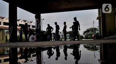 Aktivitas imigran pencari suaka saat berada di penampungan sementara di Kalideres, Jakarta, Rabu (18/12/2019). Saat ini masih tercatat 332 jiwa imigran pencari suaka menetap di penampungan sementara di bekas Markas Kodim Kalideres. (merdeka.com/Iqbal Nugroho)