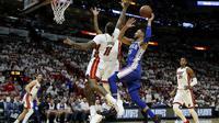 Ben Simmons melakukan lay-up saat Sixers kalahkan Heat di gim keempat play-off NBA (AP)
