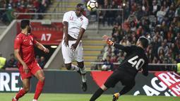 Aksi pemain Portugal, William Carvalho (tengah) melakukan sundulan ke gawang Tunisia pada laga uji coba di Estadio Municipal de Braga, (28/5/2018) waktu setempat. Portugal dan Tunisia bermain imbang 2-2. (AP/Luis Vieira)