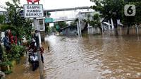 Kondisi banjir yang menggenangi sebagian ruas Jalan Warung Buncit Raya, Jakarta, Sabtu (20/2/2021). Hujan yang mengguyur Jakarta sejak Jumat (19/2) membuat arus lalu lintas sejumlah jalan di Jakarta lumpuh akibat terendam banjir. (Liputan6.com/Helmi Fithriansyah)