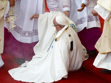 Paus Fransiskus terjatuh saat berjalan di lantai bertingkat menuju altar terbuka untuk merayakan misa di biara Jasna Gora, Polandia, Kamis (28/7). Kunjungan Paus Fransiskus ke Polandia untuk menghadiri perayaan World Youth Day. (FILIPPO MONTEFORTE/AFP)
