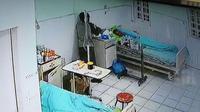 Tangkapan layar smartphone menunjukkan aksi seorang pria nekat mencuri di kamar isolasi pasien Covid-19 Rumah Sakit Umum Daerah (RSUD) Dr Pirngadi, Kota Medan