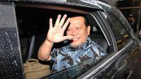 La Nyalla Mattaliti melambaikan tangan kepada wartawan usai mendatangi Komisi Pemberantasan Korupsi (KPK), Jakarta, Rabu (11/3/2015). Penyelidikan terkait pemenangan tender Proyek pembangunan rumah sakit di Jawa Timur. (Liputan6.com/Helmi Afandi)