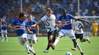 Nicolo Barella mencoba berebut bola dari pemain Sampdoria saat melawan Inter Milan di lanjutan Liga Italia (AFP)
