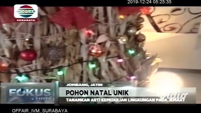 Panitia peringatan hari Raya Natal di GKJW Jombang memanfaatkan limbah tanaman jagung sebagai bahan untuk membuat pohon Natal.