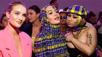 (Dari kiri) Model Inggris Rosie Huntington-Whiteley, penyanyi Inggris Rita Ora dan penyanyi rap AS Nicki Minaj menghadiri fashion show Versace pada Milan Fashion Week, 21 September 2018. (AFP/Miguel MEDINA)