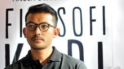 Gaya pakaian kasual dan simpel Rio Dewanto saat hadiri jumpa pers untuk film Filosopi Kopi di Kuningan City, Jakarta, Kamis (8/1/2015). (Liputan6.com/Panji Diksana)