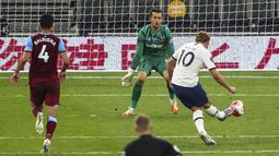 Striker Tottenham Hotspur, Harry Kane, mencetak gol ke gawang West Ham United pada laga Premier League di Stadion Tottenham Hotspur, Selasa (23/6/2020). Tottenham menang 2-0 atas West Ham. (AP/Julian Finney)