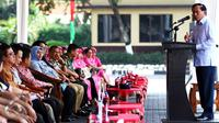 Dirut Indosiar, Komjen Pol Imam Sujarwo saat memberikan sambutan dalam acara bakti sosial dan pengobatan gratis, Depok, Sabtu (9/1/2016). Pengobatan gratis terdiri dari operasi katarak, pengobatan umum serta gigi. (Liputan6.com/Yoppy Renato)