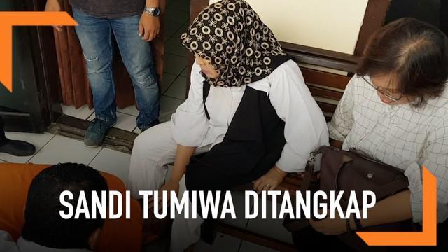 Keluarga mengunjungi Sandy Tumiwa di Polrek Menteng, Jakarta Pusat. Kedatangan mereka juga untuk mengajukan rehabilitasi.