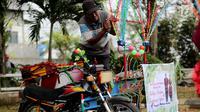 Warga sedang menghias Betor (becak motor) di depan kantor Dinas Perhubungan, Medan, Sumatera Utara, Sabtu (25/11). Puluhan betor akan ramaikan kirab budaya ngunduh mantu Kahiyang-Bobby. (Liputan6.com/Endang Mulyana)