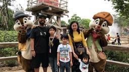 Meski memiliki jadwal yang padat, Peppy selalu menyempatkan dirinya untuk mengajak keluarga kecilnya itu jalan-jalan. Salah satunya saat mengunjungi Disneyland Hongkong ini. (Liputan6.com/IG/@juia_peppy)