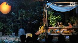 Maudy Koesnaedi memainkan teater bertajuk Beralas Bumi, Beratap Langit di Gedung TVRI, Jakarta, Jumat (27/9/2019). Teater yang didukung Bakti Budaya Djarum Foundation menceritakan tentang kekayaan alam dan budaya orang rimba di Taman Nasional Bukit Dua Belas, Jambi. (Liputan6.com/Faizal Fanani)