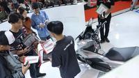 Seorang tenaga penjualan menawarkan produk sepeda motor keluaran terbaru. (ist)