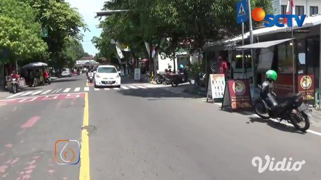 Diduga memergoki suami dengan wanita lain, seorang wanita marah dan memecahkan kaca mobil yang tengah ditumpangi suaminya bersama wanita lain di Jalan Ronggowarsito, Ngawi, Jawa Timur.