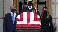 Presiden Donald Trump dan ibu negara Melania Trump memberikan penghormatan ketika Hakim Ruth Bader Ginsburg (87) meninggal akibat kanker di gedung Mahkamah Agung di Washington, Kamis 24 September 2020. (AP Photo/J. Scott Applewhite)
