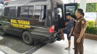 Kepolisian Daerah (Polda) Jawa Timur, menangkap seorang pemuda asal Jember Jawa Timur, karena menjadi pembobol kartu kredit nasabah asal luar negeri. (Liputan6.com/Dian Kurniawan)