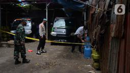 Polisi saat mengamankan barang bukti gas subsidi di Meruya Utara, Jakarta Barat, Selasa (6/4/2021). Polisi juga mengamankan dua tersangka yakni DF dan T menjual hasil gas oplosan berisi 12 Kg seharga Rp140 ribu. (merdeka.com/Imam Buhori)
