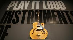 Gitar yang dimainkan oleh musisi legendaris, Chuck Berry ditampilkan di pintu masuk pameran Play It Loud: Instruments of Rock & Roll di Metropolitan Museum of Art di New York, 1 April 2019. Pameran instrumen para legenda musik ini dibuka untuk umum mulai 8 April - 1 Oktober 2019. (AP/Seth Wenig)