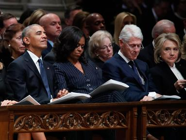 Presiden AS Donald Trump dan Melania Trump, mantan presiden Barack Obama dan Michelle Obama serta mantan presiden Bill Clinton dan Hillary Clinton dalam prosesi pemakaman kenegaraan George HW Bush di Washington, Rabu (5/12). (AP/Alex Brandon, Pool)