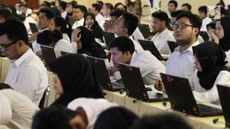 Peserta bersiap mengikuti tes Seleksi Kompetensi Dasar (SKD) calon pegawai negeri sipil (CPNS) di Gedung Wali Kota Jakarta Selatan, Jumat (26/10). Tes SKD CPNS diselenggarakan mulai 26 Oktober hingga 17 November 2018. (Liputan6.com/Immanuel Antonius)