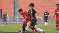 Pertarungan sengit pemain Persipura saat mengalahkan Persik 2-1 pada uji coba di Stadion Brawijaya Kota Kediri, Sabtu (5/6/2021). (Bola.com/Gatot Susetyo)