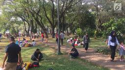 Pengunjung memadati kawasan wisata Monumen Nasional (Monas) di Jakarta, Minggu (17/6). Pengunjung memilih Monas sebagai destinasi wisata untuk mengisi hari libur. (Liputan6.com/Immanuel Antonius)