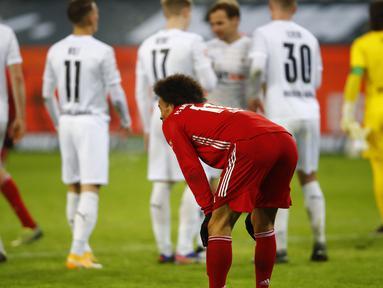 Gelandang Bayern Munich, Leroy Sane tampak kecewa usai dikalahkan Borussia Moenchengladbach 2-3 dalam laga lanjutan Liga Jerman 2020/21 pekan ke-15 di Borussia Park, Jumat (8/1/2021). (AFP/Wolfgang Rattay/Pool)