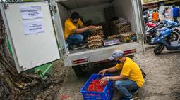 Petugas menata telur ayam ras dan cabai saat Gelar Pangan Murah (GPM) di Pasar Cipete, Jakarta, Selasa (29/12/2020). GPM digelar dalam rangka membantu meringankan beban masyarakat terhadap kenaikan telur ayam ras dan cabai yang terjadi serentak di sejumlah pasar. (Liputan6.com/Faizal Fanani)