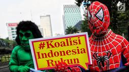 Massa mengenakan baju superhero melakukan aksi di Patung Kuda hingga jalan ke gedung Mahkamah Konstitusi (MK), Jakarta Pusat, Selasa (18/6/2019). Dalam aksinya mereka menyerukan perdamaian. (Liputan6.com/JohanTallo)