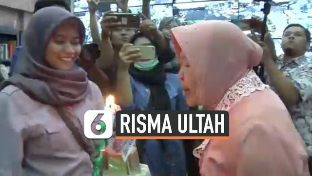 Wali Kota Surabaya Tri Rismaharini mendapat kejutan dari wartawan dan ASN di kantor wali kota saat berulang tahun. Risma sempat terlihat takut dan kaget, namun senang ketika tahu itu sebuah kejutan.