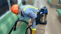 Petugas membersihkan rangkaian KA Bandara. Hal ini dilakukan sebagai upaya mencegah penyebaran virus corona. (Istimewa)