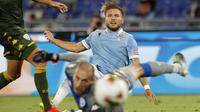 Penyerang Lazio, Ciro Immobile, saat mencetak gol ke gawang Brescia pada laga lanjutan Serie A pekan ke-37 di Stadion Olimpico, Kamis (30/7/2020) dini hari WIB. Lazio menang 2-0 atas Brescia. (AP Photo/Riccardo De Luca)