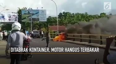 Sebuah motor terbakar akibat ditabrak kontainer di sebuah jembatan di Pare Pare, Sulawesi Selatan.