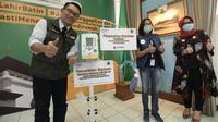 Gubernur Jabar Ridwan Kamil menerima bantuan untuk penanganan COVID-19 dari Forum BUMN untuk Jawa Barat di rumah dinas Gedung Pakuan, Bandung, Jumat (3/4/20). (sumber foto: Humas Pemprov Jabar)