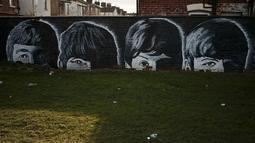 Sebuah grafiti bergambar para personel The Beatles terlihat disebuah rumah di Liverpool, Inggris, (18/2). Kota Liverpool merupakan tempat kelahiran The Beatles yang menjadi band dengan penggemar terbanyak di seluruh dunia. (REUTERS/Phil Noble)