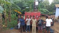 Telkomsel memasang BTS Combat 4G di Desa Woloklibang, Kecamatan Adonara Barat, NTT, yang termasuk wilayah 3T di Flores Timur (Foto: Telkomsel)