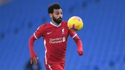 2. Mohamed Salah (Liverpool) - Penyerang asal Mesir ini sangat ahli meneror pemain belakang lawan dengan kecepatan dan penyelesaian akhir yang brilian. Saat ini, Mohamed Salah menjadi top skor sementara Liga Inggris dengan torehan 13 gol. (AFP/Neil Hall/pool)