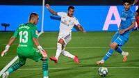 Penyerang Real Madrid, Eden Hazard, berusaha mencetak gol ke gawang Valencia pada laga lanjutan La Liga Spanyol pekan ke-29 di Stadion Alfredo, Stefano, Jumat  (19/6/2020) dini hari WIB. Real Madrid menang 3-0 atas Valencia. (AFP/Javier Soriano)