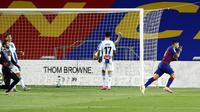 Striker Barcelona, Luis Suarez, melakukan selebrasi usai membobol gawang Espanyol pada laga La Liga di Stadion Camp Nou, Rabu (8/7/2020). Barcelona menang 1-0 atas Espanyol. (AP/Joan Monfort)