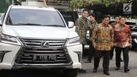Ketua Umum Partai Gerindra Prabowo Subianto (tengah) saat tiba di Kantor DPP PKS, Jakarta, Senin (30/7). Kunjungan Prabowo ke DPP PKS untuk membahas hasil pertemuannya dengan Partai Demokrat. (Liputan6.com/Herman Zakharia)