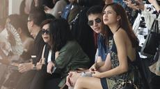 Aktris Mikha Tambayong bersama kekasihya Daniel Wenas saat menghadiri fashion show Sapto Djojokartiko di Jakarta, Kamis (20/9). Mikha Tambayong baru saja menginjak usia 24 tahun pada 15 September 2018. (Liputan6.com/Herman Zakharia)