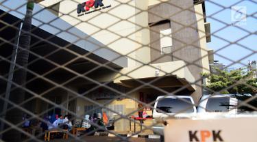 Suasana Keluarga dan rekan dari para tahanan di Rumah Tahanan Kelas 1 Jakarta Timur cabang Rutan KPK, Jakarta, Jumat, (15/6). Para keluarga melakukan kunjungan Tahanan KPK dalam rangka Hari Raya Idul Fitri 1439 Hijriah. (Liputan6.com/Johan Tallo)