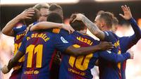 Pemain Barcelona melakukan selebrasi usai membobol gawang Athletic Bilbao saat pertandingan La Liga Spanyol di stadion Camp Nou di Barcelona (18/3). Barcelona menang 2-0 atas Athletic Bilbao. (AFP Photo/Pau Barrena)