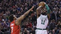 Guard Boston Celtics Kyrie Irving (kanan) melepas tembakan pada lanjutan NBA 2017-2018 melawan Toronto Raptors di Air Canada Centre, Selasa (6/2/2018) atau Rabu (7/2/2018) WIB. (Chris Young/The Canadian Press via AP)
