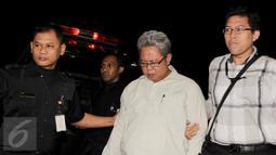 Anggota Majelis Hakim PTUN Medan Amir Fauzi (tengah) digiring masuk ke Gedung KPK, Jakarta, Jumat (10/7). Dalam operasi tangkap tangan di Medan, KPK menangkap 5 orang terkait kasus dugaan suap kasus yang ditangani PTUN Medan. (Liputan6.com/Helmi Afandi)