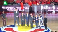 Kobe Bryant Serahkan Bendera Simbolis Piala Dunia Bola Basket 2023 ke Indonesia (Dok PerbasI)