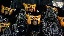 Penampilan sekolah samba Sao Clemente dengan kostum burung hantu saat perayaan karnaval di Sambadrome, Rio de Janeiro, Brasil, Minggu (11/2). Parade samba ini menghadirkan pesta menari dan kostum-kostum unik. (AP Photo/Silvia Izquierdo)